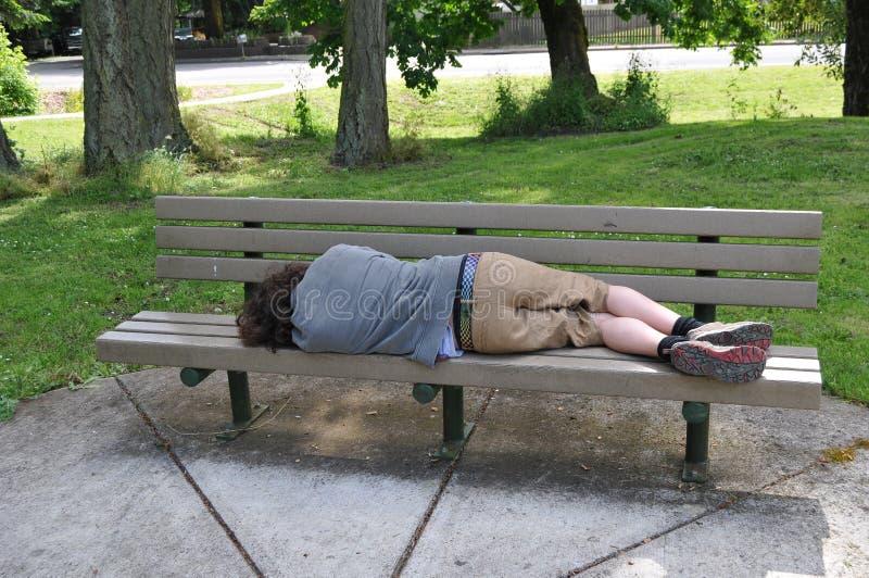 offentligt sova för bänk arkivbild