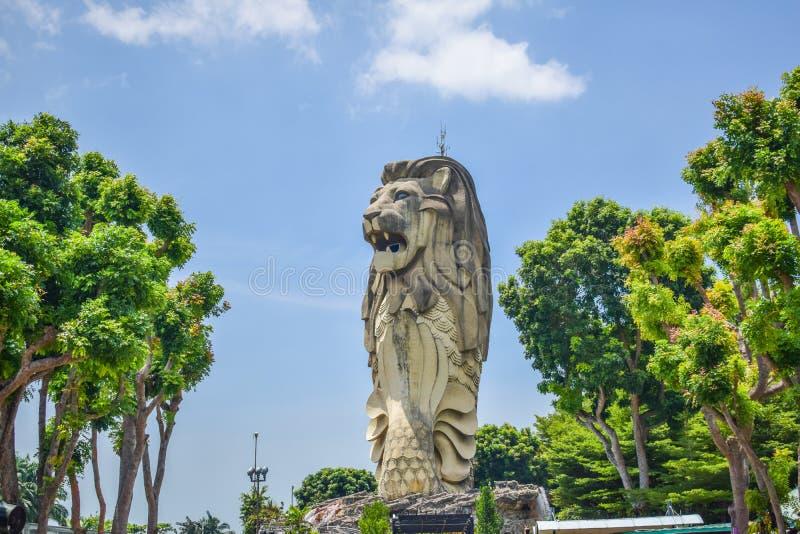 Offentligt ställe - gränsmärke av Singapore: Sentosa Merlion, berömd turist- destination av Singapore arkivfoton