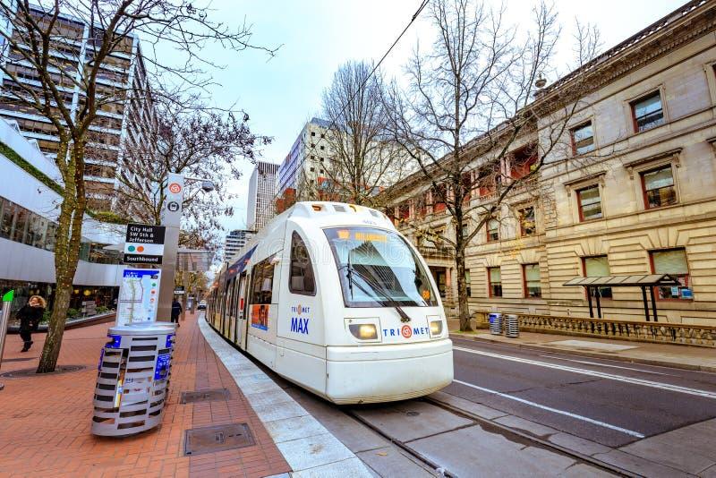 Offentligt trans., TriMet Max Train, i i stadens centrum Portland arkivfoto