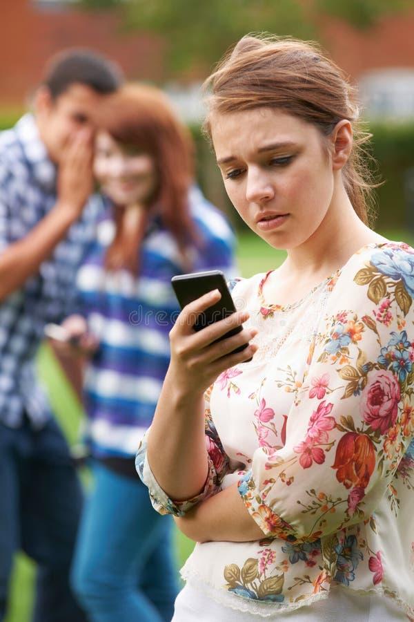 Offer för tonårs- flicka av pennalismen vid textmeddelandet royaltyfria foton