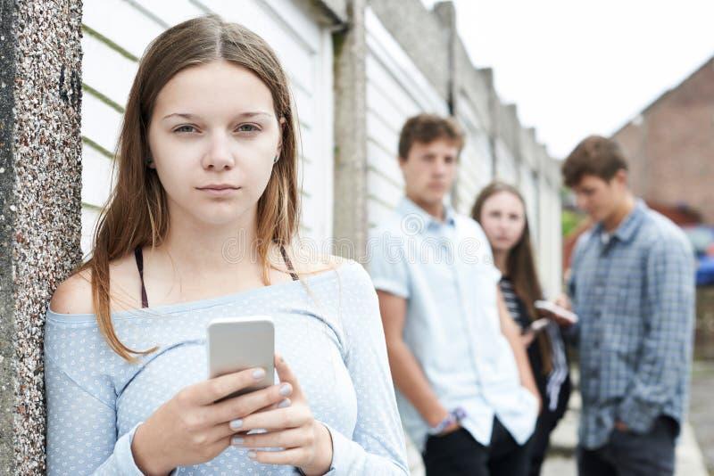 Offer för tonårs- flicka av pennalismen vid textMessaging fotografering för bildbyråer