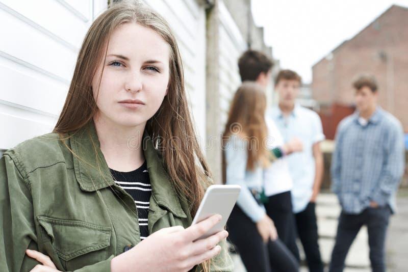 Offer för tonårs- flicka av pennalismen vid textMessaging royaltyfri foto