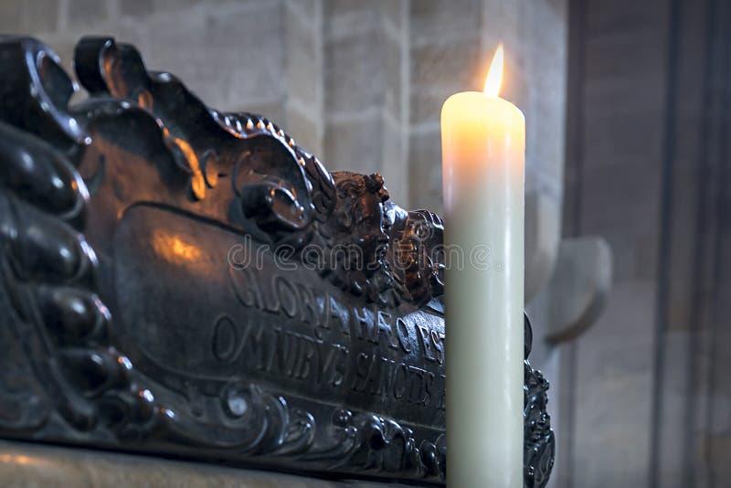 Offer- stearinljus i Bamberger Dom royaltyfria bilder