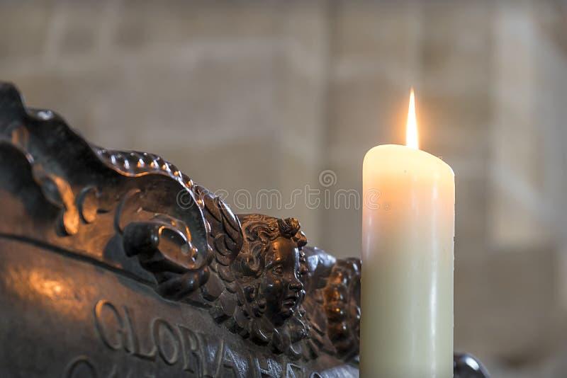 Offer- stearinljus i Bamberger Dom arkivfoto