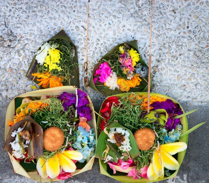 Offerings till gudar i Bali arkivbilder