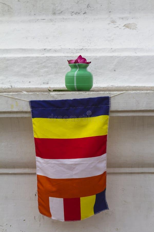 Offerta del tempio e bandiera di Bhudist sul bordo di Dagaba immagini stock