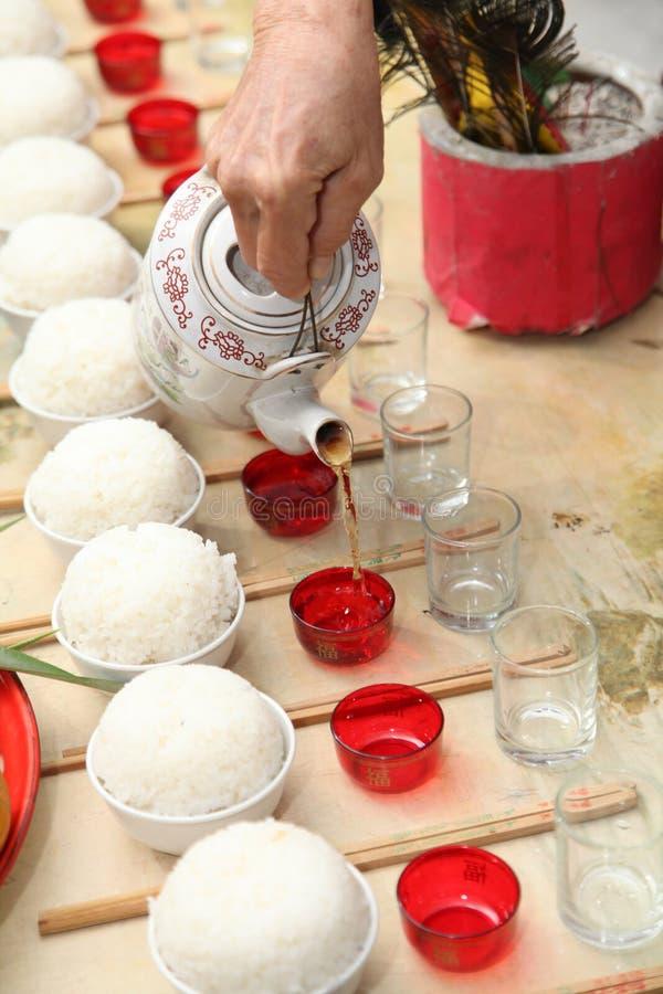 Offerta di versamento dell'alimento dell'antenato del tè fotografia stock