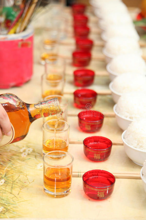 Offerta di versamento dell'alimento dell'antenato del whiskey immagine stock libera da diritti