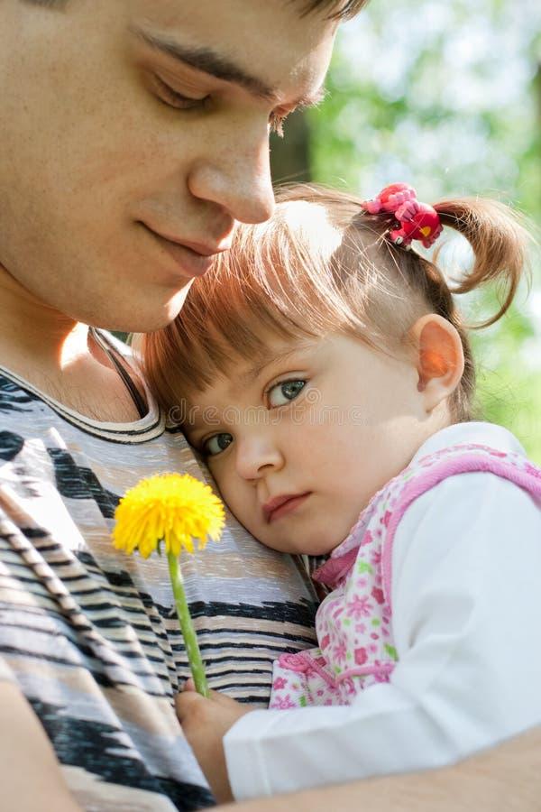 offerta esterna felice del ritratto del padre della figlia immagini stock libere da diritti