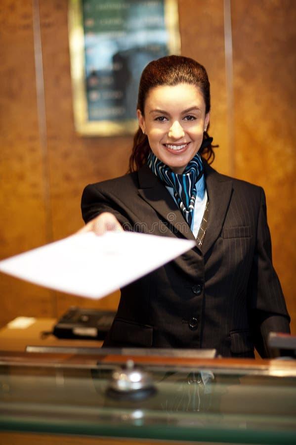 Offerta femminile allegra del receptionist