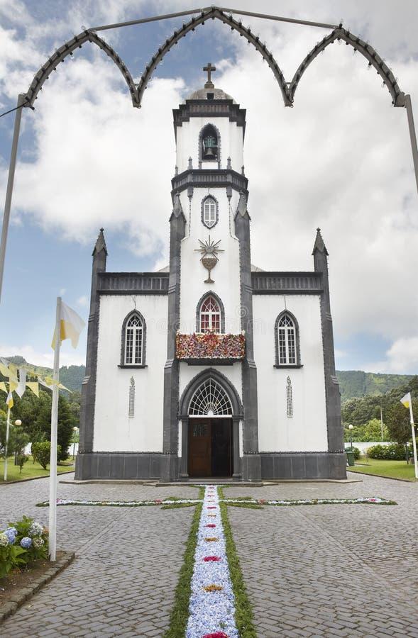 Offerta floreale tradizionale sulla chiesa di Sete Cidades Sao Miguel i fotografia stock libera da diritti