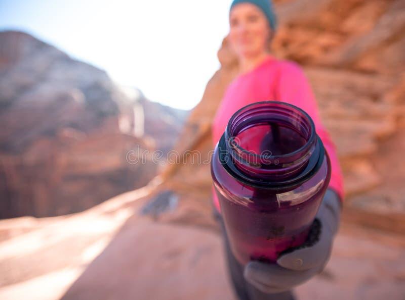 Offerta porpora della bottiglia di acqua fotografie stock libere da diritti