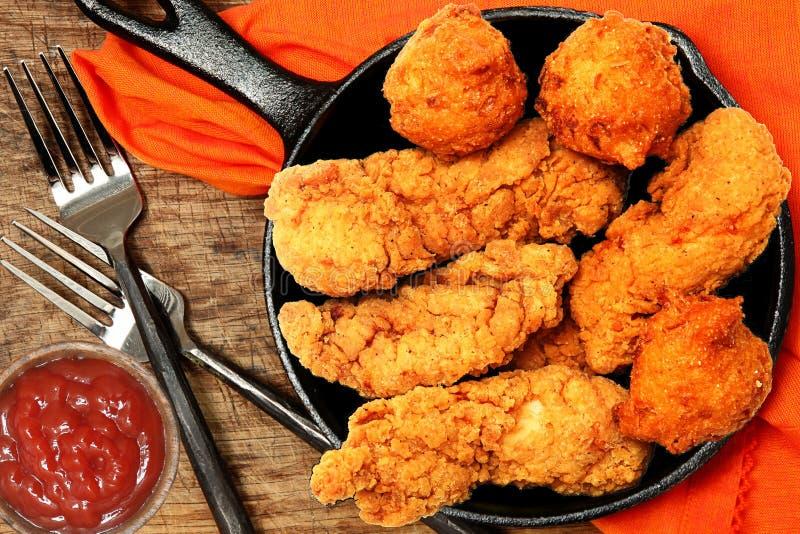 Offerte e focaccine di mais del pollo fotografia stock