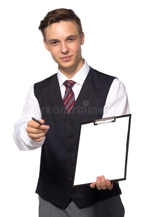 Offerte sorridenti dell'uomo d'affari o del responsabile per firmare un contratto che tiene una penna ed i documenti per la firma immagini stock libere da diritti