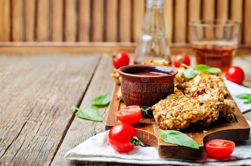 Offertes van de amandel de vastgeroeste kip met tomatensaus stock foto's