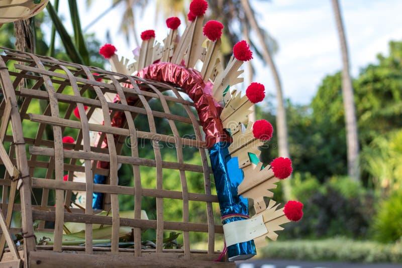 Offerti religiose di balinese fatte durante la cerimonia tradizionale Isola tropicale Bali, Indonesia fotografia stock