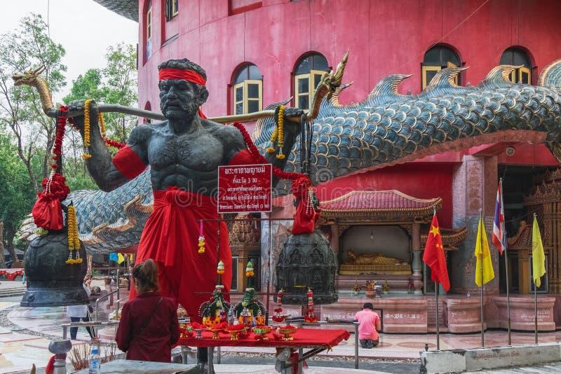 Offerti religiose in Wat Samphran, Tailandia fotografia stock
