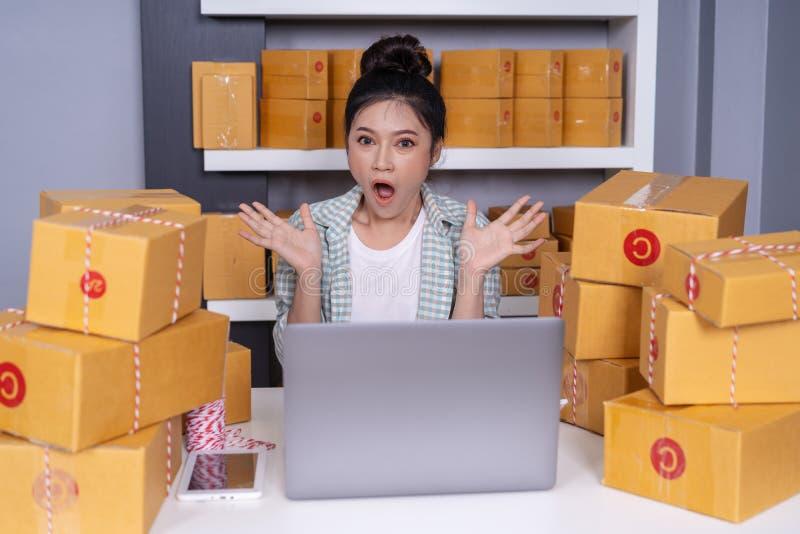 Offi étonné de boîte de colis de femme et de messager d'entrepreneur à la maison photos libres de droits