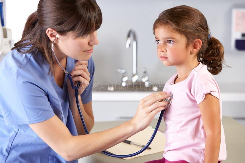 Office del niño del doctor que visita paciente imágenes de archivo libres de regalías