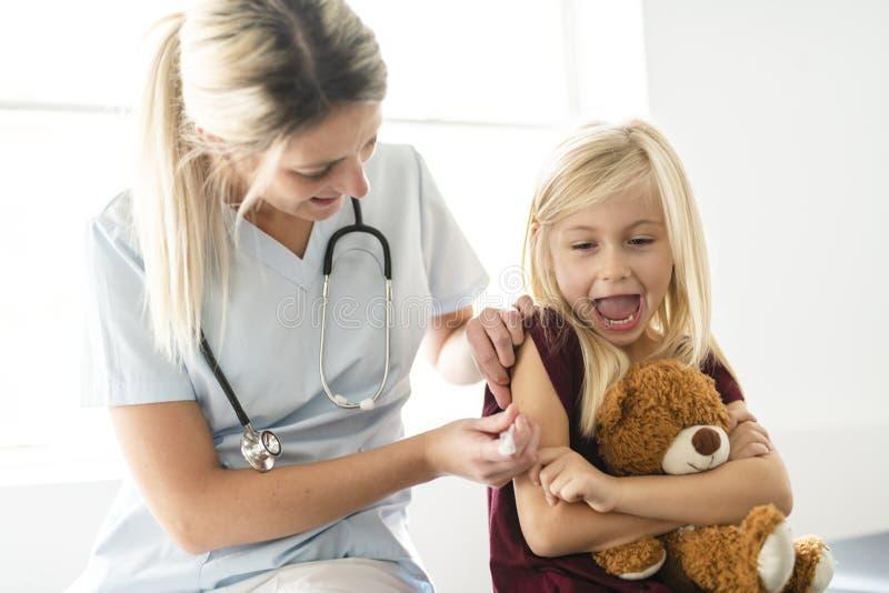 Office del niño lindo de un doctor que visita paciente fotos de archivo libres de regalías