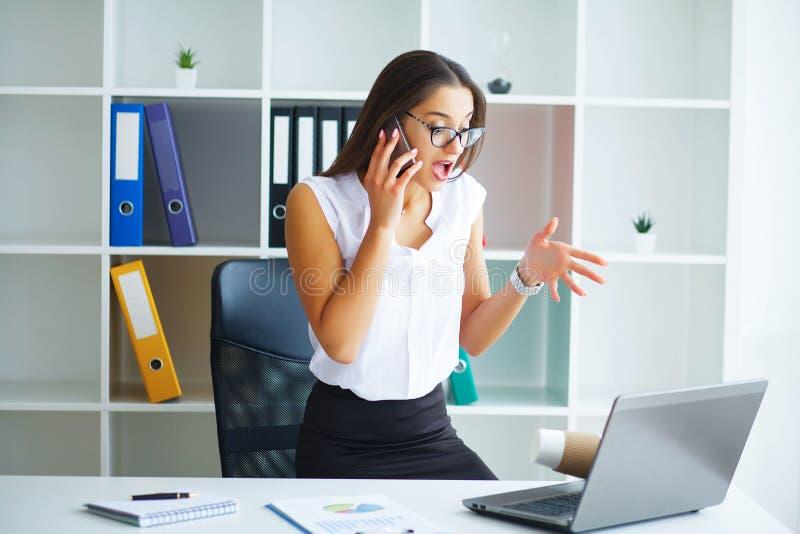 officemates Biznesowa kobieta przy Dużym Lekkim Biurowym obsiadaniem przy Ta obraz stock