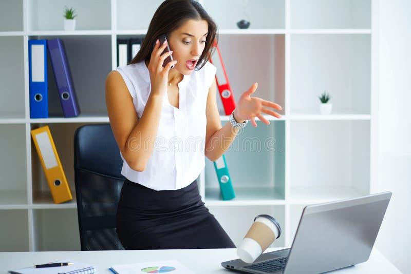 officemates Biznesowa kobieta przy Dużym Lekkim Biurowym obsiadaniem przy Ta obrazy stock
