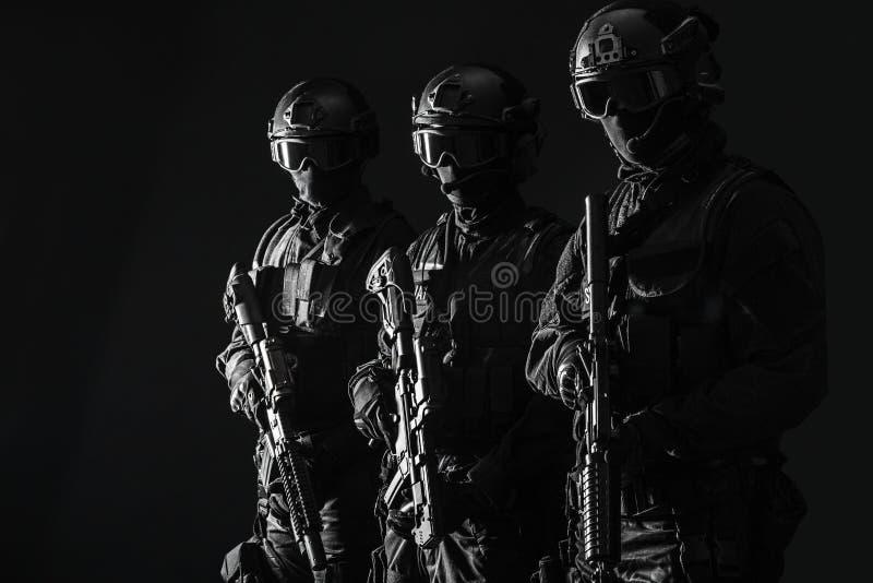 OfficersSWAT полиции ops спецификаций стоковые фото