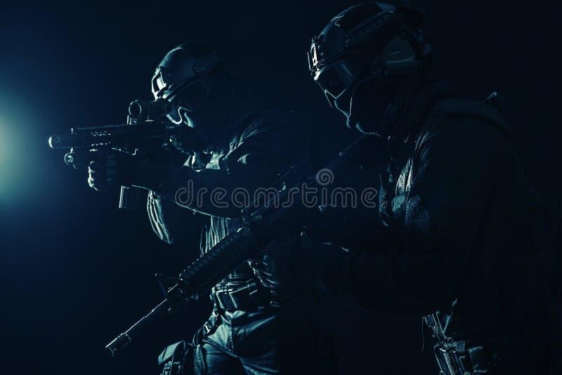 OfficersSWAT de la policía de los ops de espec. imagenes de archivo