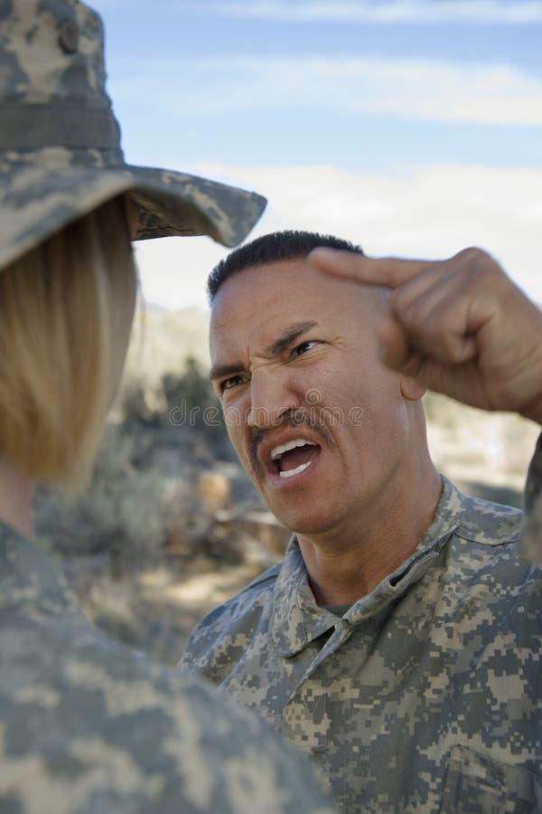OfficerYelling At Female soldat royaltyfria foton