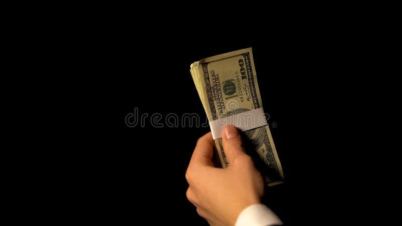 Officiële holdingsbundel van geld, die terugslag nemen, die financiële fraudes behandelen royalty-vrije stock foto