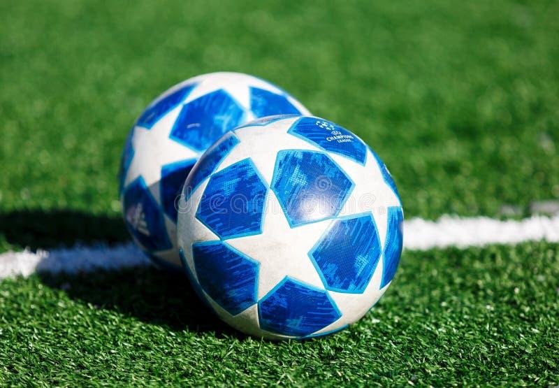 Officiell matchboll av för Adidas för UEFA Champions Leaguesäsong 2018/19 utbildning för överkant final på gräs royaltyfri fotografi