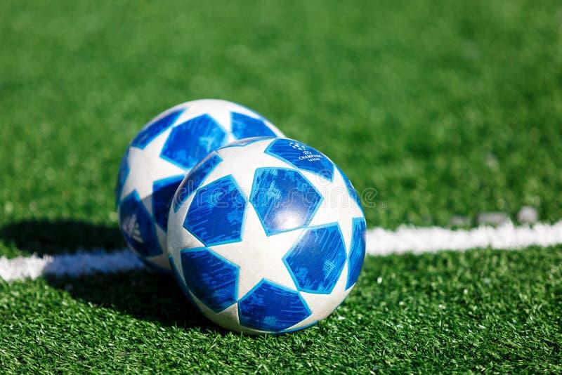 Officiell matchboll av för Adidas för UEFA Champions Leaguesäsong 2018/19 utbildning för överkant final på gräs arkivbild