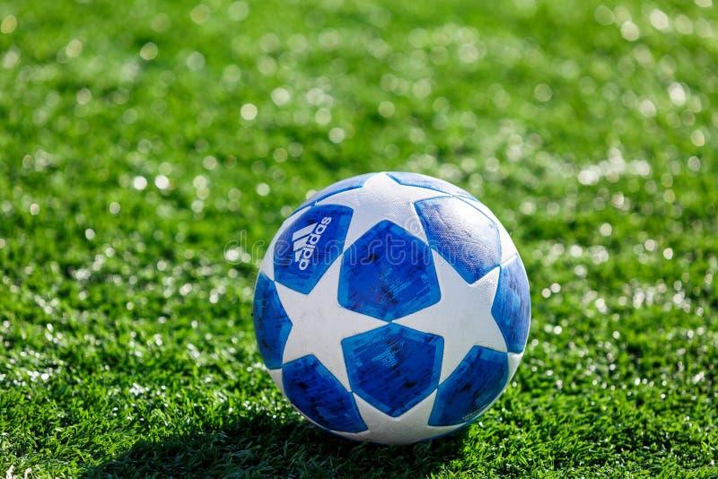 Officiell matchboll av för Adidas för UEFA Champions Leaguesäsong 2018/19 utbildning för överkant final på gräs royaltyfria bilder
