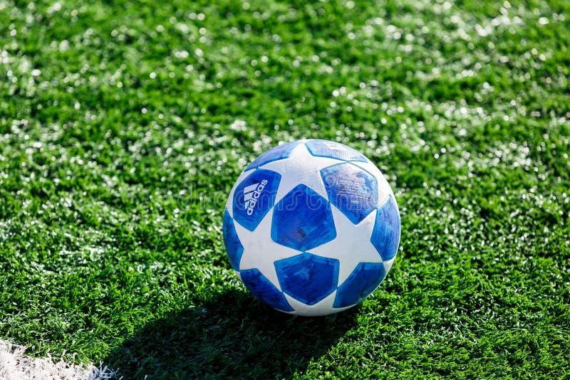 Officiell matchboll av för Adidas för UEFA Champions Leaguesäsong 2018/19 utbildning för överkant final på gräs arkivfoton