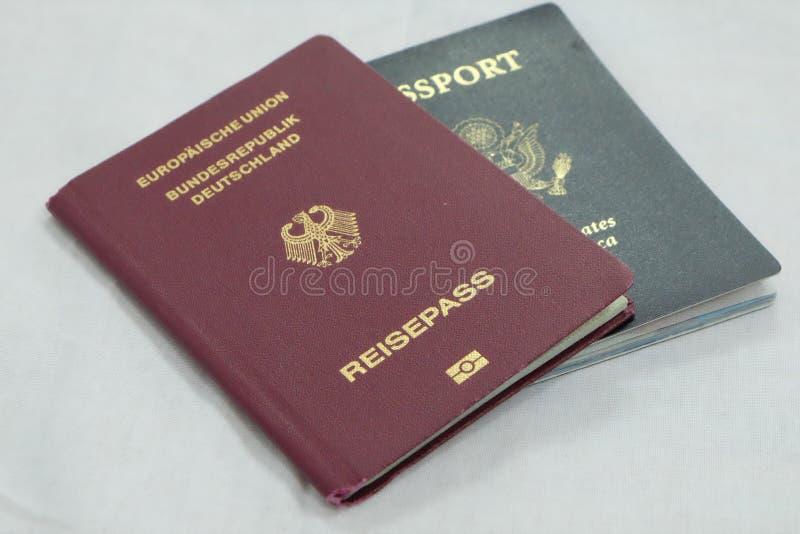 Officiell tysk och USA-pass royaltyfri fotografi