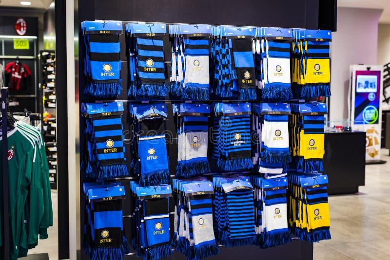 Officiellt lager FC inter-Milan och Milan, kläder och skodonlag av souvenir och utrustning för fans av laget och besöket arkivbild