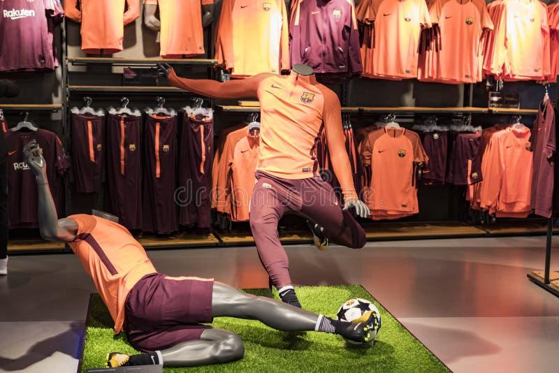 Officiellt lagerFC Barcelona, kl?der och skodonlag av souvenir och utrustning f?r fans av laget och bes?karna av set arkivfoto