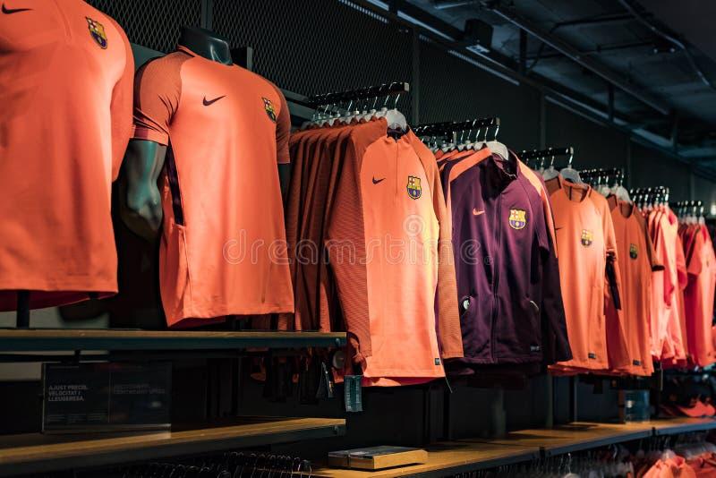 Officiellt lagerFC Barcelona, kl?der och skodonlag av souvenir och utrustning f?r fans av laget och bes?karna av set arkivbild