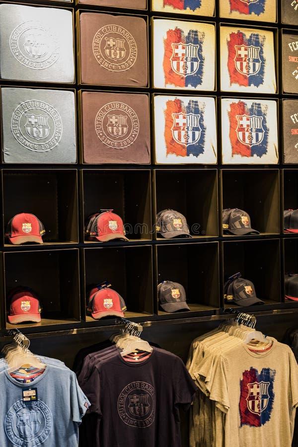 Officiellt lagerFC Barcelona, kl?der och skodonlag av souvenir och utrustning f?r fans av laget och bes?karna av set arkivbilder