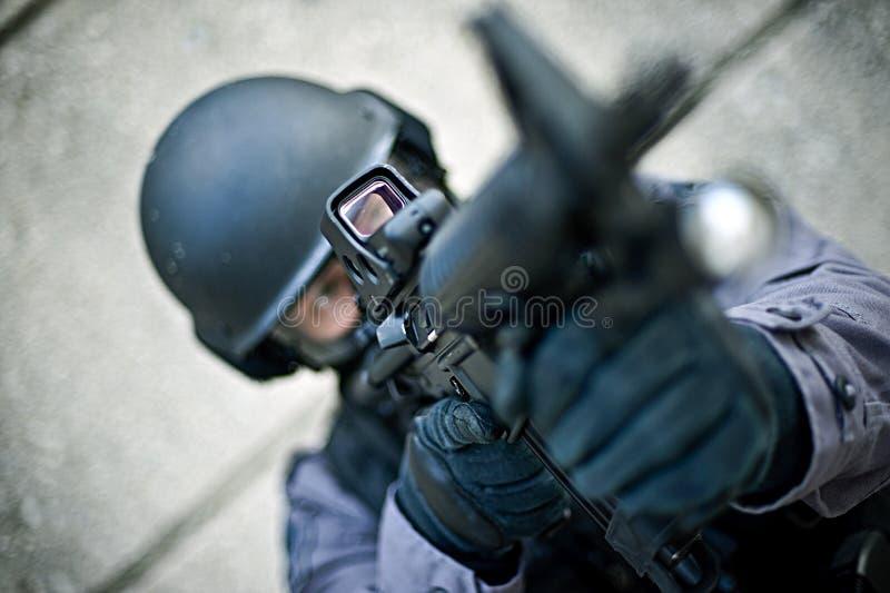 Officier de SWAT avec le canon photographie stock