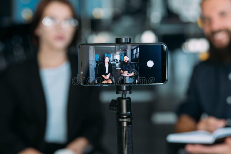 Officina di preparazione del video telefono della donna dell'uomo di affari immagini stock libere da diritti