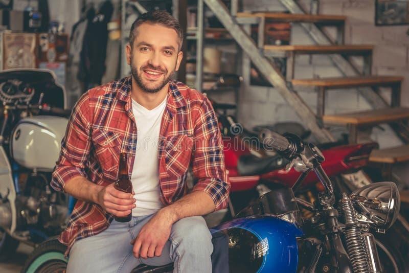 Officina riparazioni della motocicletta fotografia stock