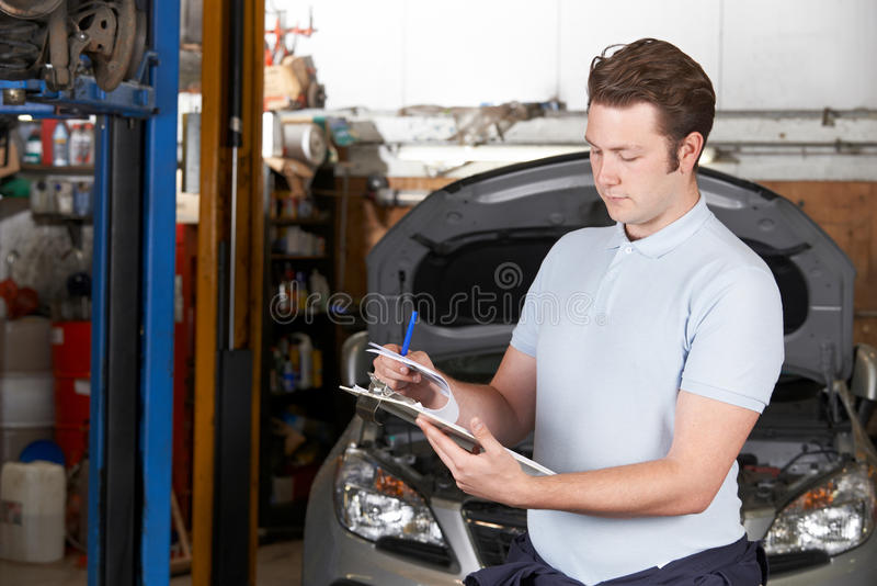 Officina riparazioni di Working In Auto del meccanico di automobile immagini stock