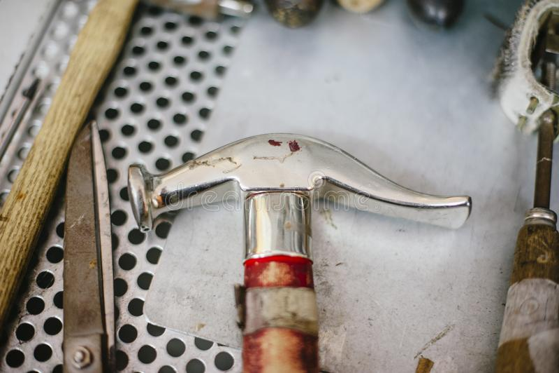 Officina riparazioni interna e scarpa che fanno, strumenti per riparare le scarpe immagini stock libere da diritti