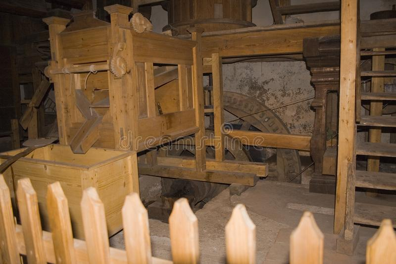 Officina scura polverosa di legno fotografia stock