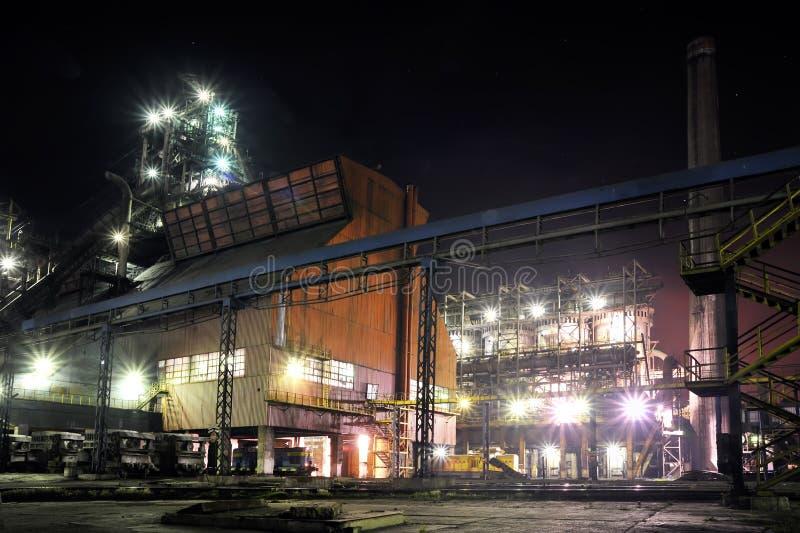 Officina siderurgica alla notte fotografia stock