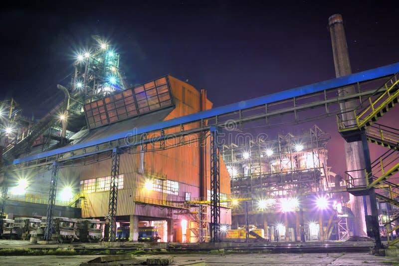 Officina siderurgica alla notte immagine stock libera da diritti