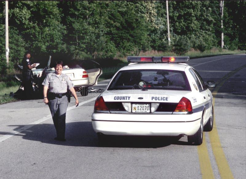 Offiecr sorridente della polizia alla scena di un incidente di traffico a Beltsville, Maryland immagini stock