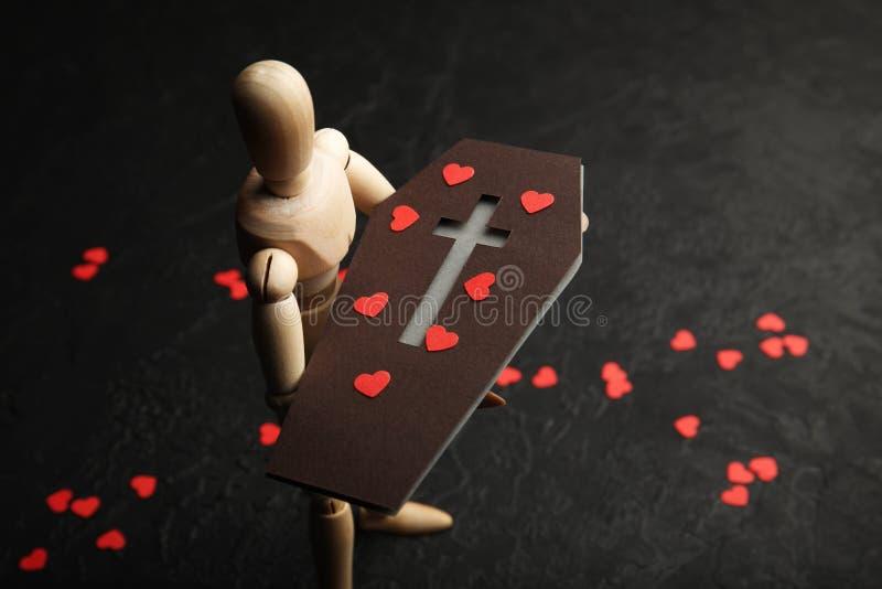 Offin del ¡ di Ð in mani dell'uomo di legno Tristezza e perdita di caro morte immagini stock libere da diritti