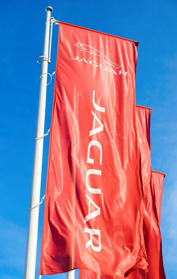 Offizielle Verkaufsstelleflaggen von Jaguar gegen den blauen Himmel stockbild